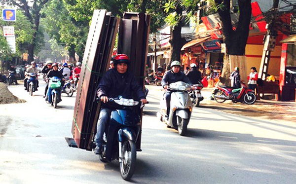 cách chở tủ bằng xe máy